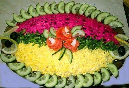 Красиво украшен салат под шубой